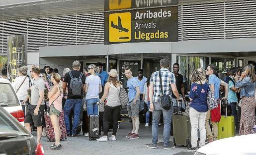Imagen de la salida del aeropuerto este pasado sábado, con largas colas para coger un taxi.