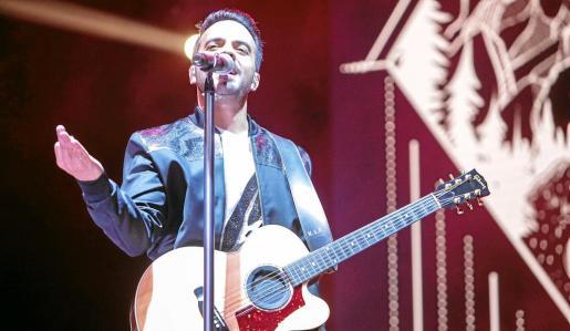 Luis Fonsi cogió su guitarra para acompañar las canciones más románticas de su «Love and Dance Tour».