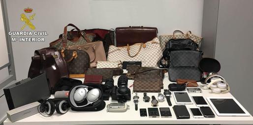 La Guardia Civil recuperó en casa del detenido objetos como teléfonos móviles, relojes, equipos de música y bolsos valorados en unos 40.000 euros.
