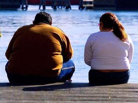 Imagen de archivo de dos personas que padecen sobrepeso.
