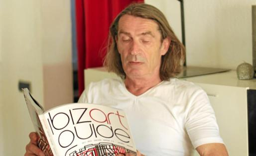 Dieter Sroka con la revista.
