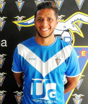 El delantero brasileño Bruno Vinicius posa con la camiseta del Badalona, su anterior club.