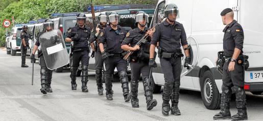 Imagen del acceso de los miembros de la unidad del Grupo de Reserva y Seguridad desplazados hasta Ibiza para llevar a cabo el desalojo.
