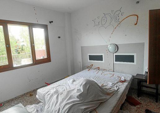 Uno de los apartamentos acabó pintado con salsa de tomate..