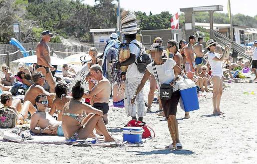 Imagen de vendedores ambulantes este verano en ses Salines.