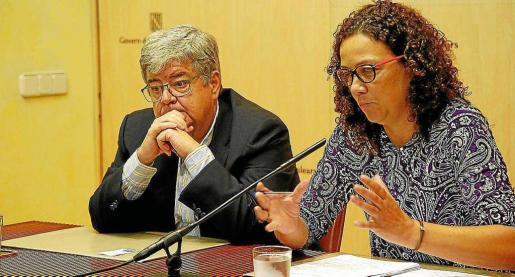El experto designado por Balears, Guillem López Casasnovas, con la consellera Catalina Cladera.