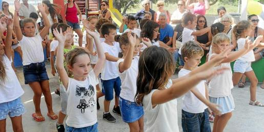 Alumnos de la Escuela de Verano de S'Olivera bailando las coreografías que han ido preparando durante el mes de julio.
