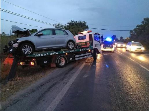 Imagen del coche implicado en el accidente de tráfico ocurrido esta madrugada en la carretera de Santa Eulària.
