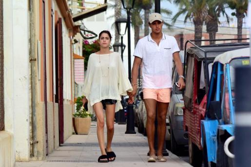 Los dos jóvenes se mostraron muy enamorados dando un paseo por el centro de Ibiza intentando pasar lo más desapercibidos posibles.