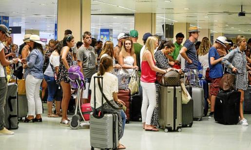 Colas en la facturación de uno de los vuelos, en el aeropuerto de Ibiza, a finales de julio.