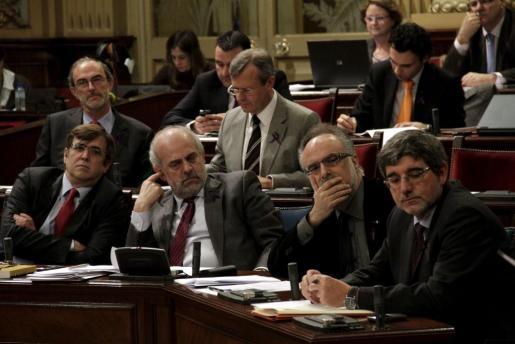 De izquierda a derecha, el president del Govern, Francesc Antich, el conseller de Presidència, Albert Moragues, el conseller d'Economia, Carles Manera, y el conseller de Mobilitat, Gabriel Vicens.