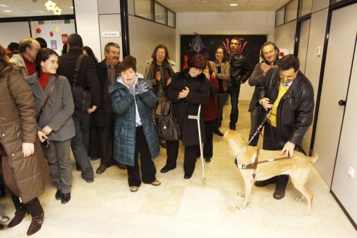 Usuarios y amigos de las asociaciones de discapacitados junto a José Sala, Pepita Costa y Lidia Prats, en la inauguración.