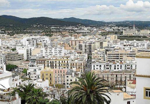 En Ibiza y Formentera, el alquiler de pisos a turistas ha reducido la oferta disponible.