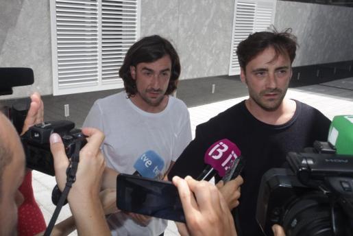 De izquierda a derecha: Gelete Nieto y Pablo Nieto, hijos de Ángel Nieto, durante su comparecencia ante los medios de comunicación.