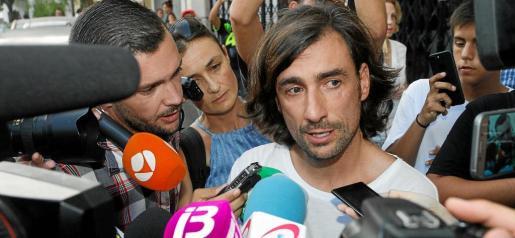 Un visiblemente afectado Gelete Nieto atendió a los medios de comunicación tras la confirmación del fallecimiento de su padre.