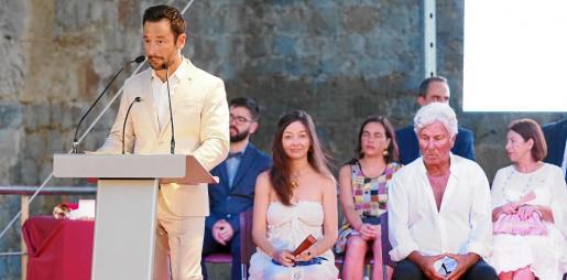 Imagen del discurso del alcalde de Vila, Rafa Ruiz, ante la mirada de los dos distinguidos, Ricardo Urgell y Lina Tur.