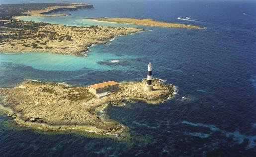 Este faro se levantó en la conocida como isla des Porcs para garantizar la seguridad en paso por el Freu Gros, al norte de s'Espalmador.