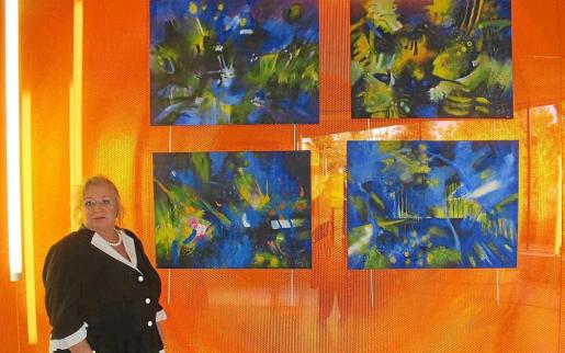 Nuria Busquets junto a una de las obras de Cristina Ruiz que forman parte de la exposición.