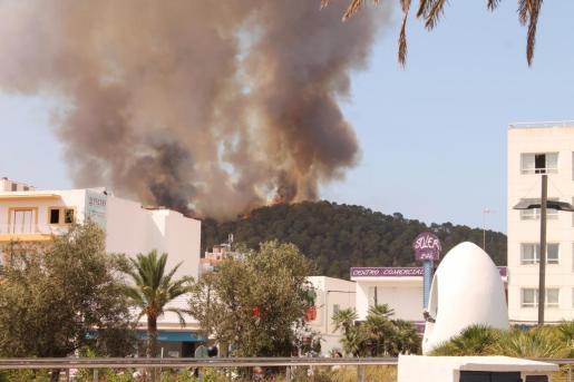 Las llamas y la cortina de humo han provocado la alarma entre los vecinos de Sant Antoni.