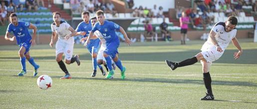 Pepe Bernal, futbolista de la Peña Deportiva, golpea el esférico en una pena máxima durante uno de los partidos de esta pretemporada.