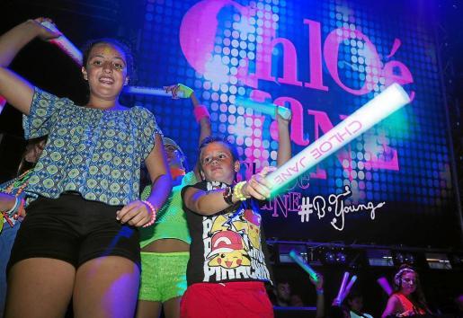 Dos niños se lo pasan en grande bailando en Amnesia con los ritmos de Chloé Jane durante la primera fiesta.