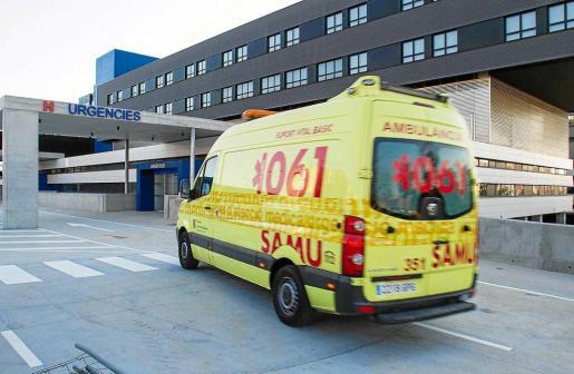 Imagen de archivo de una ambulancia del 061 entrando a Urgencias de Can Misses.
