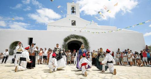 Más de un centenar de vecinos disfrutaron de la demostración de ball pagès en la explanada de la iglesia.
