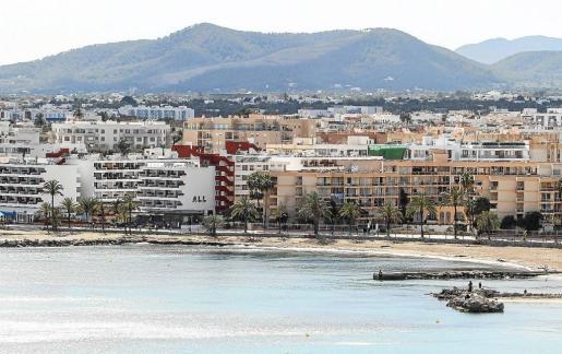 Vista general del barrio de ses Figueretes, en Vila, donde prolifera el alquiler de pisos y apartamentos a turistas.