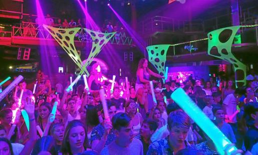 La Glow Party celebrada en Amnesia acogió ayer a una multitud de niños y de jóvenes adolescentes que se lo pasaron en grande bailando los ritmos electrónicos de Chloé Jane.