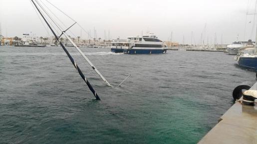 El velero que se hundió en la Savina y por el cual se cortó el tráfico de mercancías durante buena parte del día.