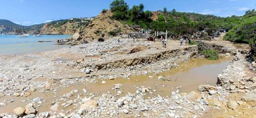 La playa de es Torrent quedó totalmente destrozada por la riada que cayó durante la madrugada.