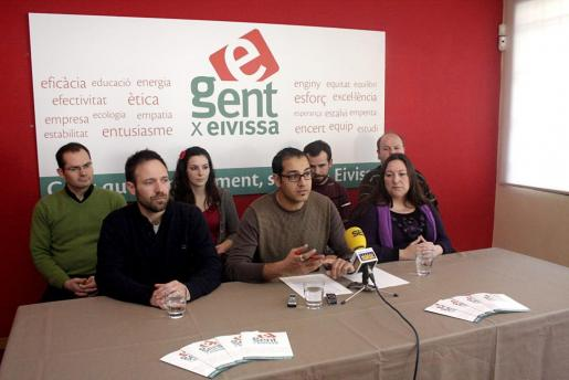 Juanjo Cardona (abajo, primero por la izquierda) podría ir en listas al Consell, aunque también lo quieren en Sant Antoni. Juanjo Costa (arriba, segundo por la derecha) podría ir a Sant Antoni si Cardona está en el Consell. Pep Costa no irá en listas.