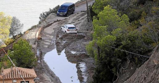 Imagen del vial de es Cubells totalmente impracticable y con coches atrapados tras las fuertes tormentas.