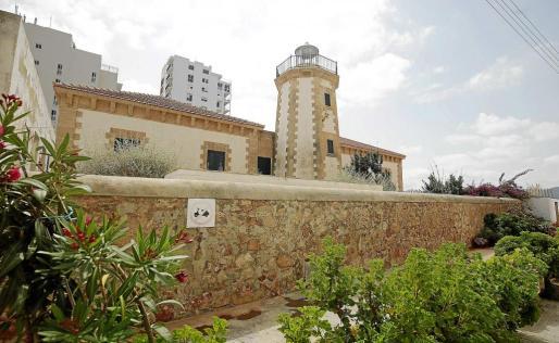 El faro de ses Coves Blanques se apagó en 1963 y, en la actualidad, es la sede del Centro de Interpretación del Mar de Sant Antoni.