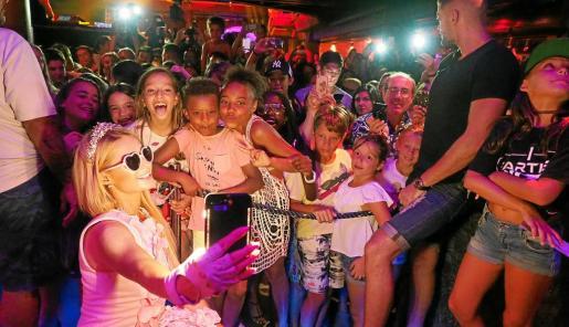 Paris Hilton se fotografió con muchos seguidores, también se hizo multitud de 'selfies' y firmó muchos autógrafos.