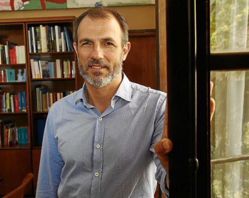 El vicepresidente y conseller Biel Barceló posa en su despacho de la Conselleria de Turisme.