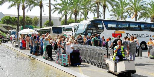 La zona de los autobuses de servicio discrecional se llena de turistas cuando llega la hora de salir hacia los respectivos hoteles.