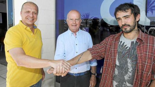 Juanjo Ferrer, Pep 'Cires' y Pablo Valdés tras acordar la formación del tripartito en Sant Antoni. Abajo, el decreto firmado por el alcalde.