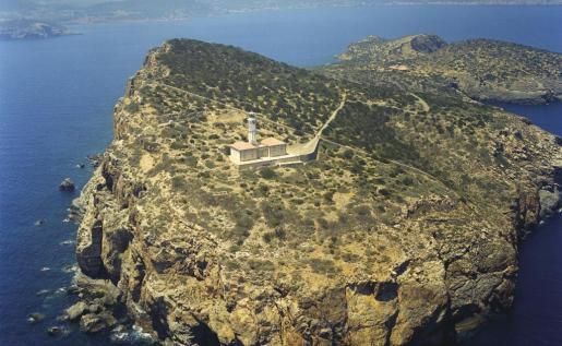 La isla de Tagomago, situada a una milla de la costa norte de Santa Eulària, fue el lugar elegido para construir el faro.
