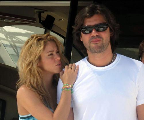 Imagen de archivo de la cantante Shakira con su ex pareja y agente, Antonio de la Rúa.