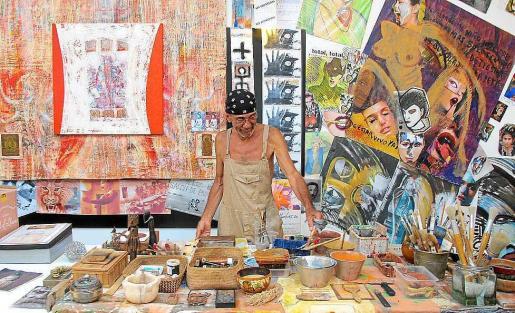 Lula Martins preparando su exposición en el Far de Ses Coves Blanques en su estudio.