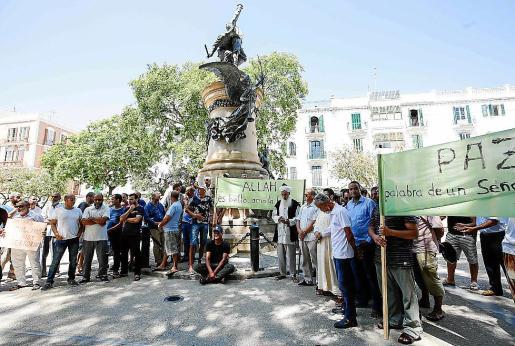 La concentración se llevó a cabo en el mediodía de ayer en Vara de Rey y sobre las 13.30 horas se comenzaba con la lectura del manifiesto.