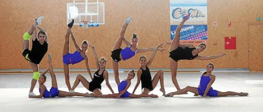 El doble campeón de España posa acrobáticamente junto a las chicas del equipo del Club Illes Pitiüeses.