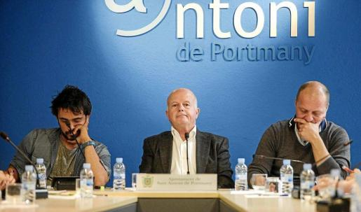 El alcalde de Sant Antoni, Pep Tur 'Cires', flanqueado a su izquierda por Juanjo Ferrer (El PI) y por Pablo Valdés (Reinicia) durante un pleno municipal.