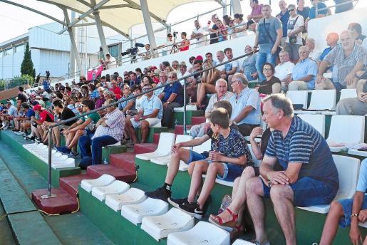 Parte de la grada de Santa Eulària durante el partido Peña-Formentera del pasado fin de semana, correspondiente a la primera jornada.