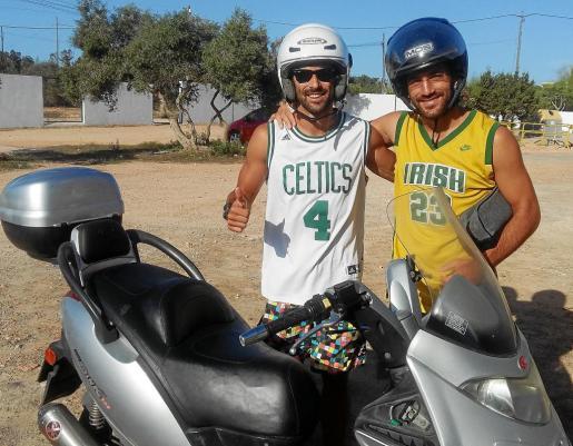 s En moto. No son pocos los integrantes del Formentera que se desplazan en moto a los entrenamientos.