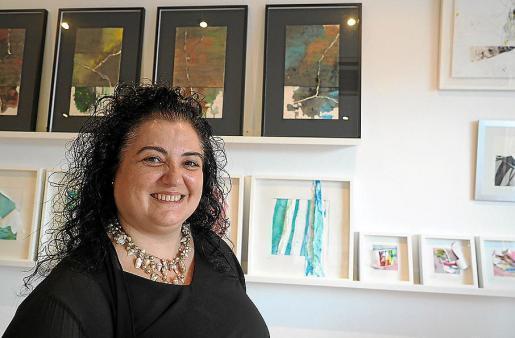 Josefina Torres junto a una de sus obras en la galería Índigo.