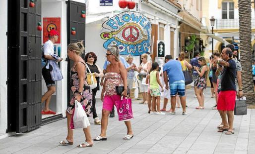 Grupos de turistas por las calles del puerto de Vila durante un día del presente mes de agosto