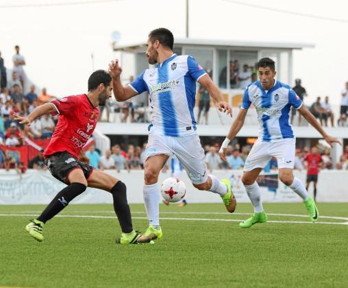 Instante en que Xisco Hernández asiste de tacón a Gerard Oliva en la acción del segundo y definitivo gol del encuentro.