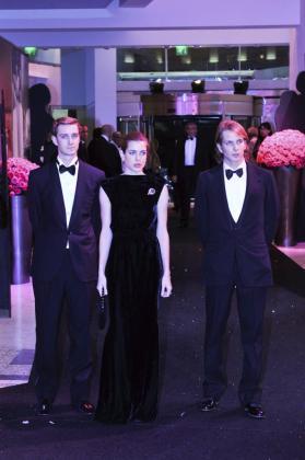 Fotografía cedida por el Principado de Mónaco el domingo 20 de marzo de 2011 en la que se ve, de izquierda a derecha, a Pierre, Carlota y Andrea Casiraghi.